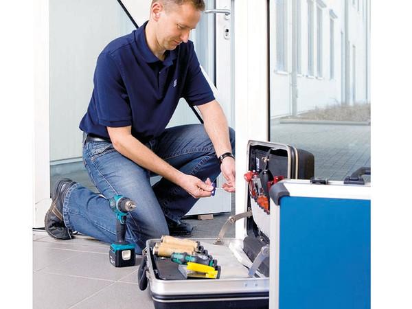 Werkstatt im Kofferformat: Winkhaus bietet Türprofis und Sicherheitsspezialisten einen Musterkoffer, der sie bei der Nachrüstung von Außentüren unterstützt. Foto: © Winkhaus