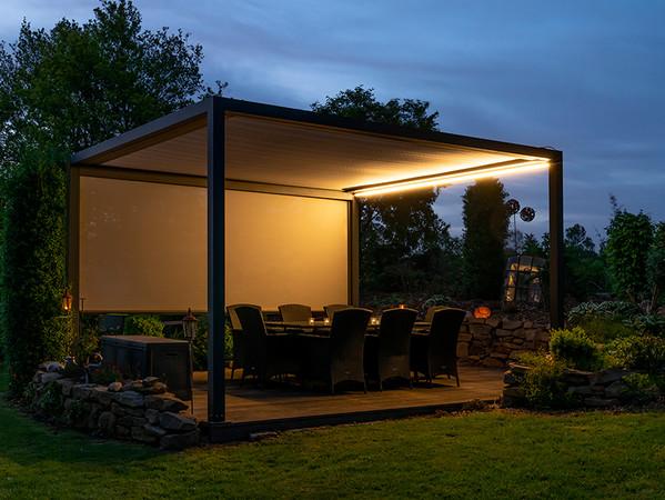In den Abendstunden sorgt ein optionales LED-Profil für angenehmes Licht. Foto: © Nova Hüppe