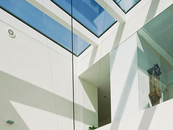 Beim Hausbau oder bei der Modernisierung des Eigenheimes oder Firmengebäudes mit eingeplant, verschaffen größere Glasflächen jede Menge positive Effekte. Foto: © BF/Semcoglas