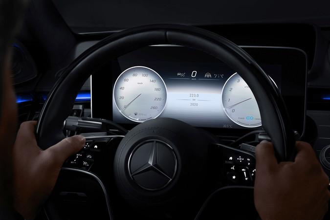 Die Digital-Instrumente in der S-Klasse zeigen die Informationen in 3D an. Foto: © Mercedes-Benz