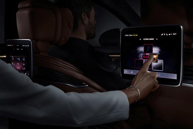 Die Passagiere hinten verfügen über die gleichen umfangreichen Informationen. Foto: © Mercedes-Benz