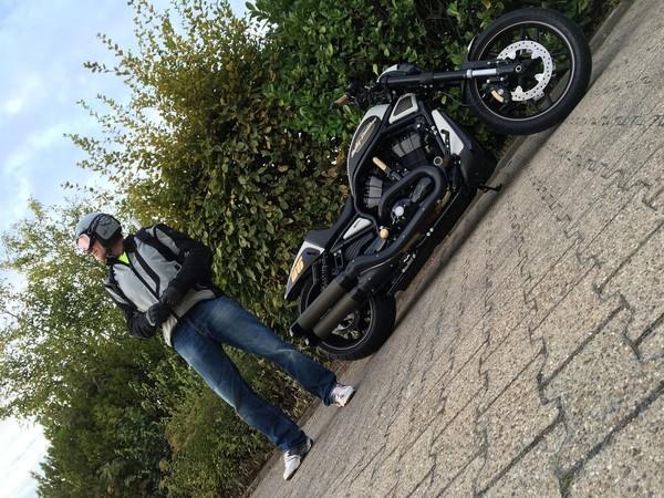 Seine spärliche Freizeit verbringt Ingo Kruse am liebsten auf einem seiner Motorräder – hier ein stylischer V-Rod im Kruse-Design. Foto: © Ingo Kruse