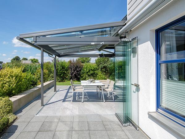 Dank der seitlich verschiebbaren Glaselemente ist die Terrasse schnell wieder komplett offen. Foto: © Solarlux