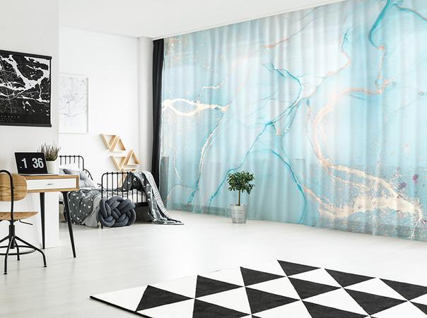 Im Schlaf- bzw. Jugendzimmer sind verdunkelnde Dekorationsvorhänge, die auf Wunsch auf- und zugezogen werden können, für einen geruhsamen Schlaf unverzichtbar. Foto: © La-Melle