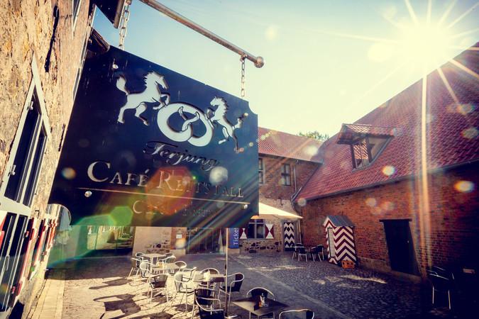 Im Café Reitstall können die Besucher der Burg direkt die frischen Backwaren probieren. Foto: © www.die-marquardts.com