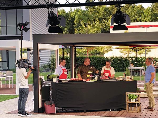Auf die Technik kommt es an: BBQ-Experte Martin Rubner zeigte Alexander Grundhoff (links) und Stephan Kliegl (rechts), worauf bei der Zubereitung von Grillfleisch zu achten ist. Foto: © Warema