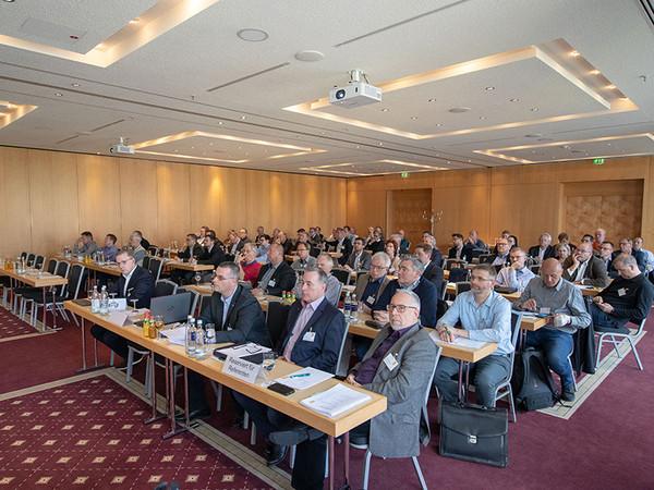 Blick in den Saal: 2019 war die Mitgliederversammlung noch als Präsenzveranstaltung möglich. Foto: © Matthias F. Schmidt / www.fotograf-erfurt.de