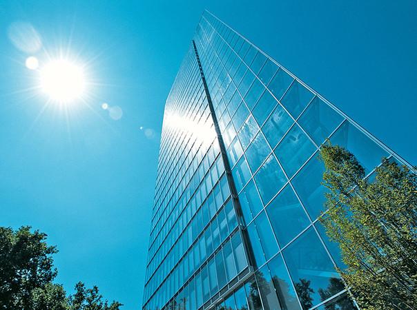Im Objektbau sorgen Sonnenschutzverglasungen für angenehme Temperaturen im Büro. Foto: © Bundesverband Flachglas / Sanco Beratung