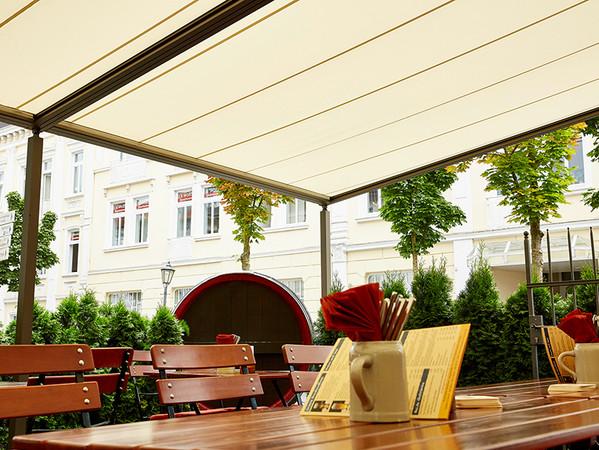 Die Gäste sitzen auch im Außenbereich jederzeit gut geschützt. Foto: © Markilux