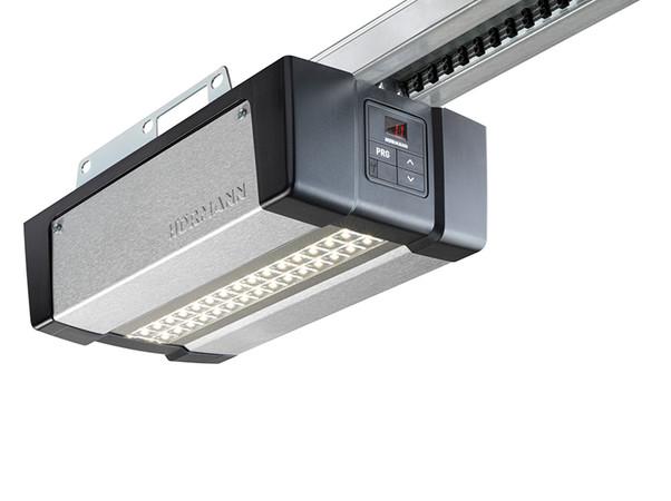 Alle drei neuen Antriebe verfügen über eine energiesparende LED-Beleuchtung, die die Garage beim Ein- und Ausfahren ausleuchtet. Foto: © Hörmann