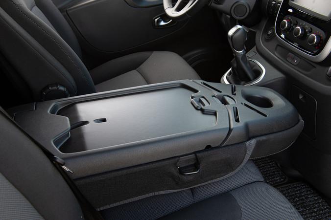 Die Ablagefläche in der Fahrerkabine bietet ausreichend Platz, um auch unterwegs bequem am Laptop arbeiten zu können. Foto: © Martin Bärtges