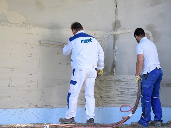 Mikrohohlglaskugeln machen es möglich: Per Putzmaschine kann die ressourcenschonende ecosphere-Dämmung ganz einfach auf die Wand gespritzt werden. Foto: © Maxit