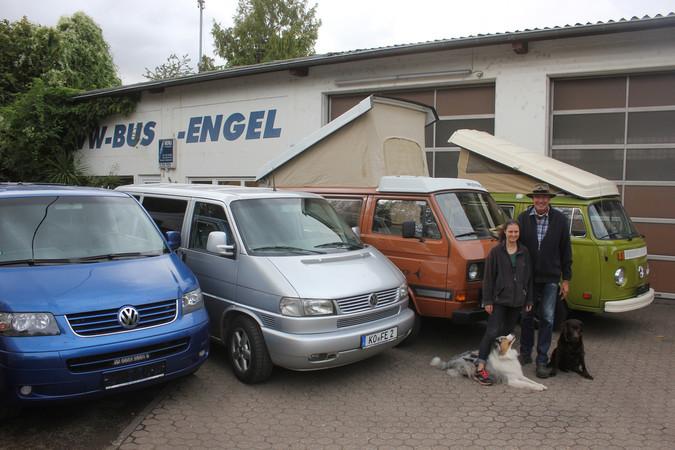Engel auf Rädern: Frank Engel mit Lebensgefährtin Christiane Walter. Die Bulli-Fans sind jeden Tag mit den zwei Hunden und einem Bulli auf Achse. Foto: © privat