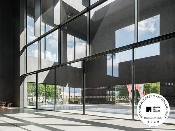 Theatre de Maillon, Straßburg: Mehrflügelige cero Schiebeanlagen in einer Breite von 12 sowie 18 Metern und 3,60 Meter Höhe lassen sich mühelos manuell öffnen. Im Boden eingelassene Schienen verbinden die Räume schwellenlos. Foto: © Solarlux GmbH