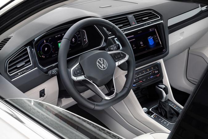 Im Innenraum blickt der Fahrer auf ein überabeitetes Online-Entertainment, das Smartphones kabellos verbindet. Foto: © VW