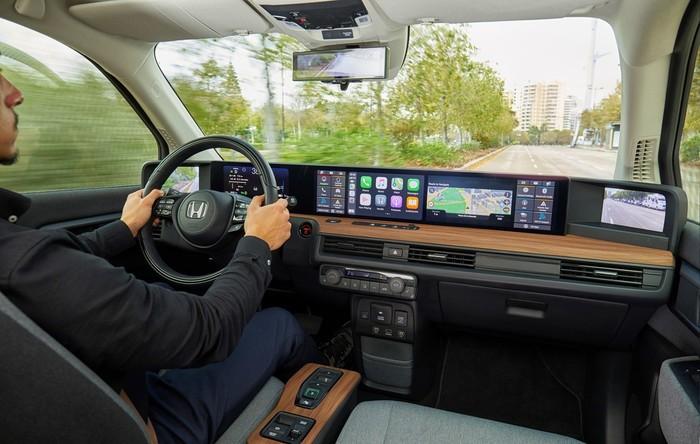 Der Honda empfängt seine Gäste mit einer Flut an Bildschirmen. Trotz der vielfältigen Funktionen sind die Displays intuitiv bedienbar und lenken nicht vom Verkehr ab. Foto: © Honda
