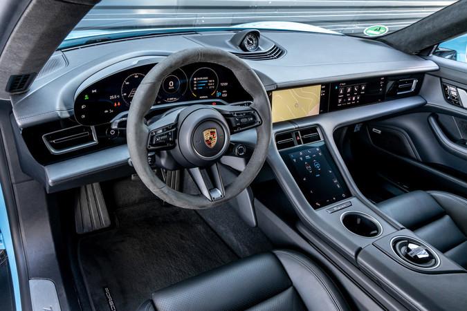 Den Fahrer erwartet ein Armada an Digital-Displays im Elektro-Porsche. Foto: © Porsche