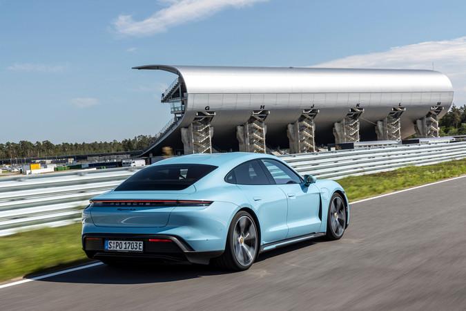 Im Vergleich zu den Topmodellen sind die optischen Unterschiede beim Taycan 4S gering. Foto: © Porsche