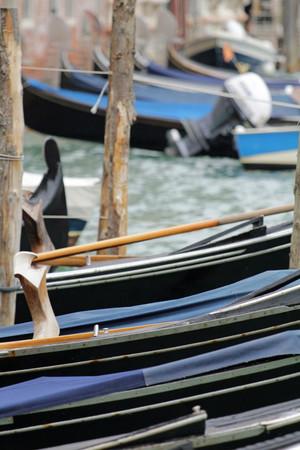 Die Ruderdollen der Boote in Venedig ragen wie Skulpturen hervor.