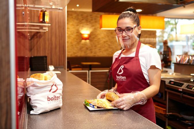 Bei der Bäckerei Bolten in Moers wird das Brillenvisier gerade getestet. Foto: © Monika Nonnenmacher