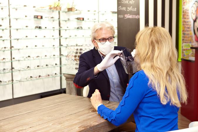 Im Kundenkontakt muss natürlich auch Optikermeister Roland Brökelschen einen Mund-Nasen-Schutz tragen. Foto: © Monika Nonnenmacher