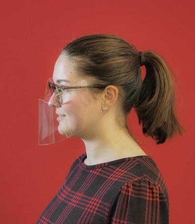 Das Brillenvisier wird auf die Bügel gesteckt. Foto: © Optiker Brökelschen