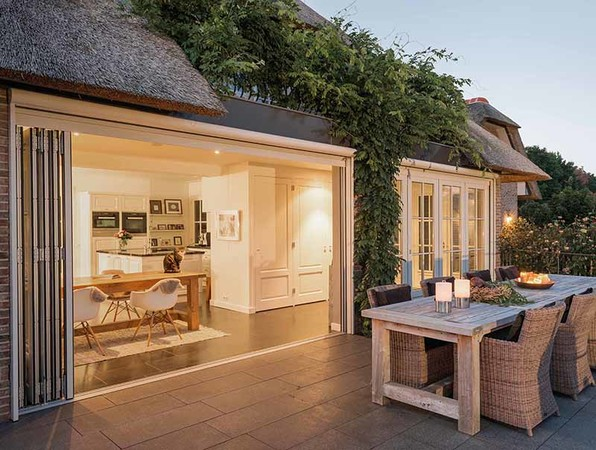 Mit einer Glas-Faltwand aus Holz wird das Zusammenspiel von reduziertem Design und patentierter Fenstertechnik auf höchstem Niveau realisiert. Foto: © Solarlux
