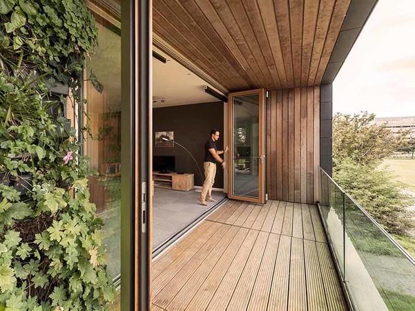 Holz aus nachhaltiger Forstwirtschaft, FSC- und PEFC-zertifiziert, sorgt für eine einzigartige Wohnatmosphäre. Foto: © Solarlux