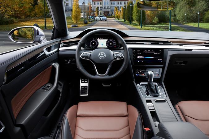 Innen präsentiert sich der VW Arteon modern und hochwertiger als sein Markenbruder Passat. Foto: © VW