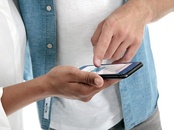 Mit einem Fingertipp werden die virtuellen Rollläden in der App in die gewünschte Position geschoben. Foto: © Rademacher