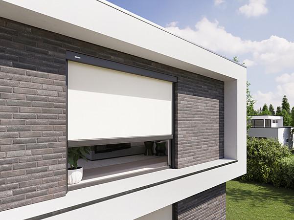 Vertikalmarkisen lassen sich entweder an der Hauswand montieren oder bündig in eine Nische einbauen. Foto: © Markilux