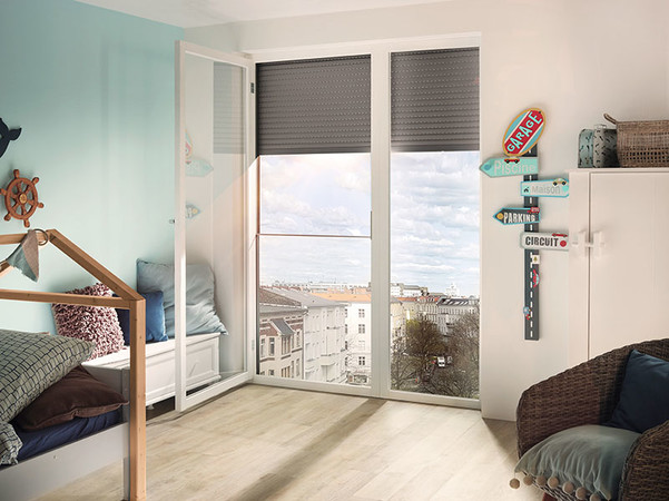 Die verlässliche und nahezu unsichtbare Absturzsicherung ersetzt als stilvolle Lösung Gitter und Brüstungen an bodentiefen Fenstern. Foto: © Warema