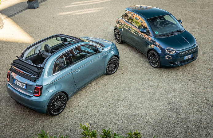 Das Rolldach-Cabrio 500e ist 2.500 Euro teurer als die geschlossene Version.. Foto: © Fiat