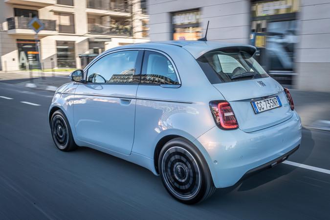 In der Stadt fühlt sich der Fiat 500e zu Hause. Foto: © Fiat
