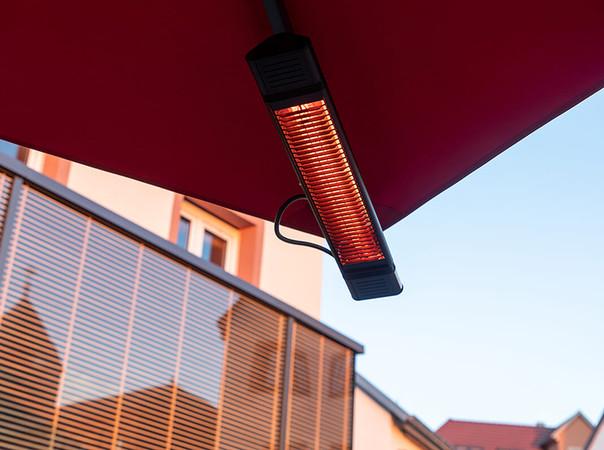 Die Infrarot-Heizstrahler mit geringer Lichtemission und schneller Wärmeentwicklung sind vormontiert. Foto: © Caravita