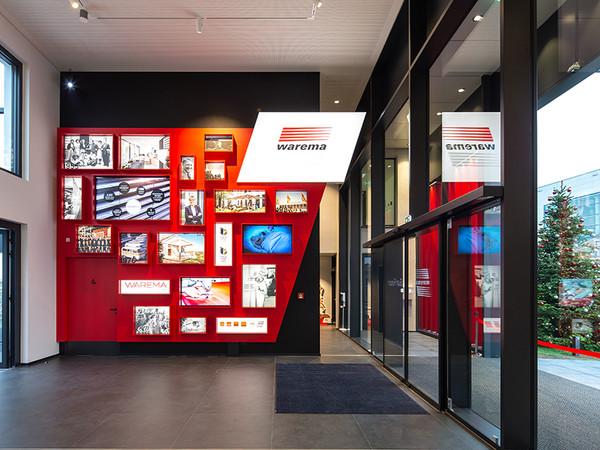 Impressionen aus der Historie des Unternehmens und den Menschen, die es geprägt haben, laden im Eingangsbereich zum Verweilen ein. Foto: © Warema