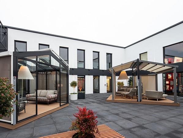 Im Atrium schaffen verschiedene Outdoor Living Lösungen traumschöne Freiräume. Foto: © Warema