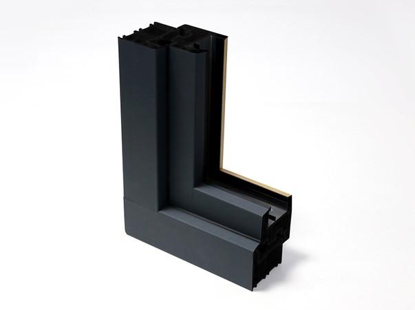 Continental stellt Oberflächen für Bauelemente im Außenbereich her – hier ein Beispiel eines Fensterprofils mit der trendstarken matten Optik von skai Mattex. Foto: © Continental
