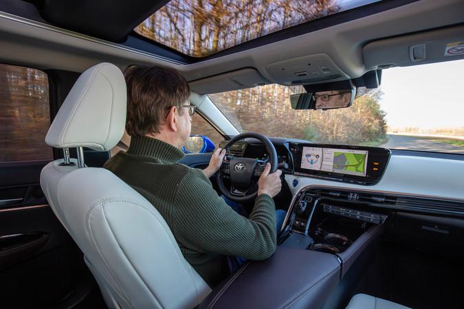 Obwohl der Mirai eine Brennstoffzelle ist, braucht man beim Fahren nichts Besonderes beachten. Foto: © Toyota
