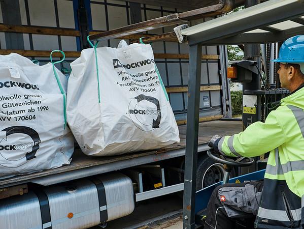Dieselben Lkw, die neue Dämmplatten für die Verarbeitung bringen, fahren Baustellenabschnitte zurück in das nächstgelegene Werk der Deutschen Rockwool. Foto: © Deutsche Rockwool GmbH & Co. KG