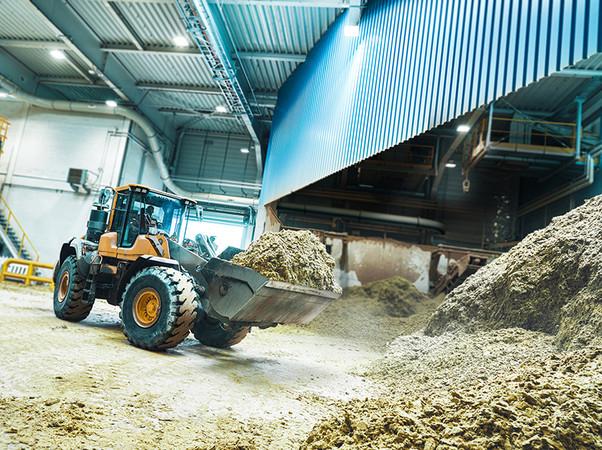 Steinwolle-Verschnitt von Baustellen wird in den Werken der Deutschen Rockwool aufgearbeitet und mit neuem Rohmaterial verschmolzen. So werden sie wiedergeboren als neue Steinwolle-Dämmungen. Foto: © Deutsche Rockwool GmbH & Co. KG