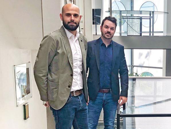 Antonio Gioello (links), Leiter der Sanco Beratung, und Florian Lindlbauer, neuer Okalux-Geschäftsführer. Foto: © Glas Trösch