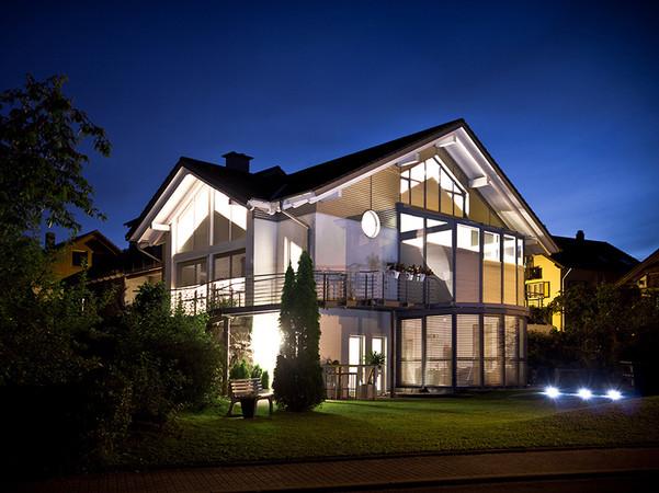 Aluminium-Rollläden gibt es passend für alle Fensterformen und Dachneigungen. Foto: © Schanz