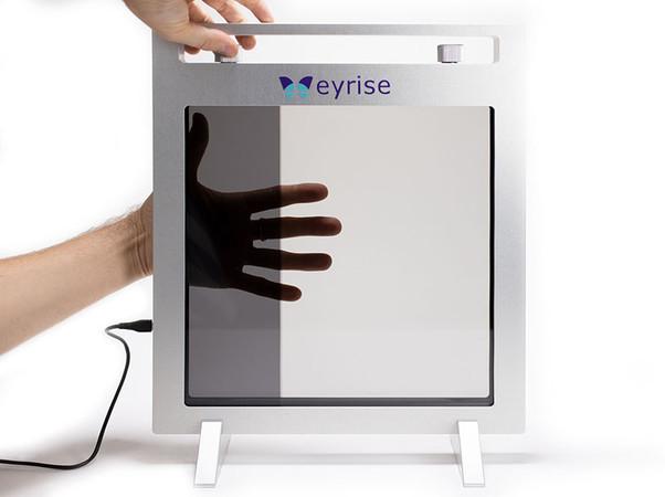 eyrise Sonnenschutzglas basiert auf einer patentierten Flüssigkristallmischung zwischen zwei Glasscheiben. Bei Anlegen einer geringen Spannung ändert sich die Licht- und Wärmedurchlässigkeit in Sekundenschnelle, während die Transparenz erhalten bleibt. Foto: © Raumprobe, Stuttgart
