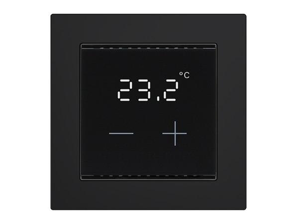 2. Mit einer leuchtenden Temperaturanzeige und Touchflächen mit großen Symbolen Plus und Minus ist der Heizungsregler auf das Wesentliche reduziert. Foto: © Elsner Elektronik