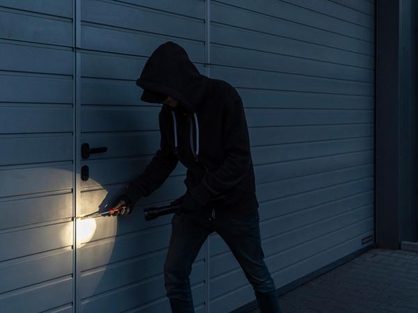 Garagentore sollten die Widerstandsklasse 2 haben, um den Einbruchschutz zu garantieren. Foto: © Hörmann