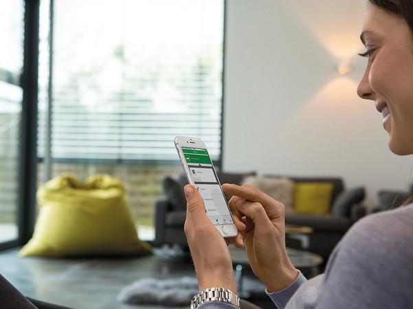 Der Funk-Sicherheits-Alarmgriff lässt sich auch in das Smart Home-System einbinden. Foto: © Schellenberg Professional