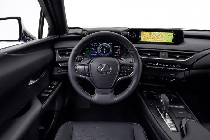 Das Cockpit ist auf den Fahrer zugeschnitten, das Multimedia wird über ein gewöhnungsbedürftiges Touchpad bedient. Foto: © Lexus