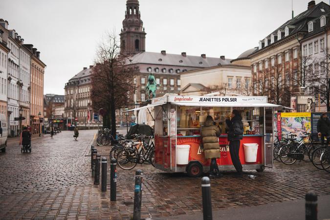 In Dänemark gehören die Hot Dog-Buden zum Stadtbild. Zum traditionellen Fast-Food-Essen darf eine süße Schokoladenmilch einfach nicht fehlen. Foto: © LABAN Stories