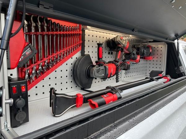 L200 mit Aufbau: Für jedes Werkzeug gibt es einen festen Platz. Foto: © Manuel Quirl
